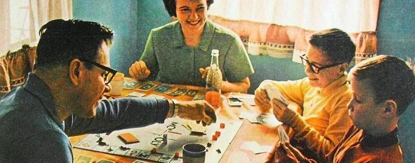 Семейство играе монопол