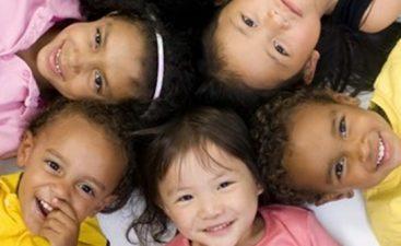 11 children lying in circle (524x291)